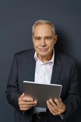 älterer mann mit tablet