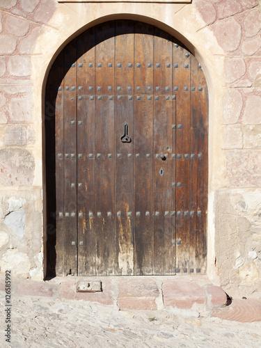 Puerta de madera con remaches y arco de medio punto - Arcos de madera para puertas ...