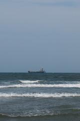 沖で漁をする漁船