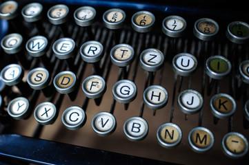 Alte, nostalgische Schreibmaschine mit Buchstaben