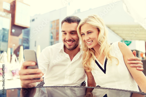 Quot couple taking selfie with smatphone at restaurant