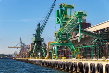 Port crane for transport of loose materials.