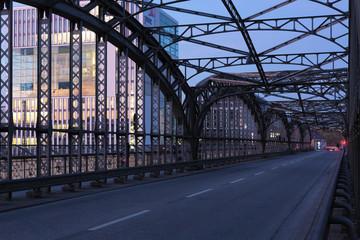 Die Hackerbrücke in München zur blauen Stunde