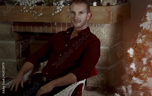 Jeune homme assis sur une chaise pr s de d corations de for Assis sur une chaise