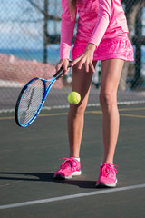 Tennis player in pink no face hopping ball.