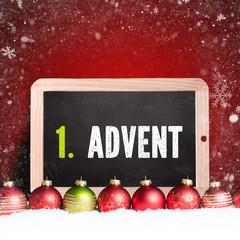 """Weihnachtskugeln im Schnee und Kreidetafel mit Text """"1. Advent"""""""