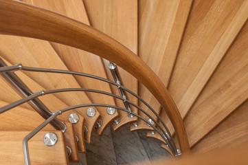 détail escalier en colimaçon en bois et métal