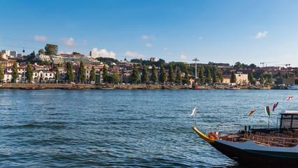 Le Douro traversant la ville de Porto et Vila Nova de Gaia au Portugal