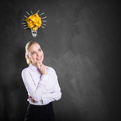 junge erfolgreiche Geschäftsfrau mit einer Idee