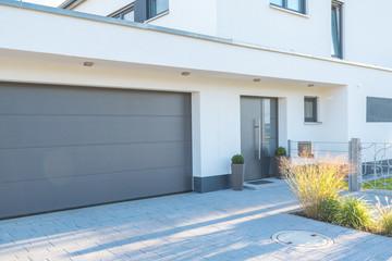 Moderne Fassade mit Garagentor