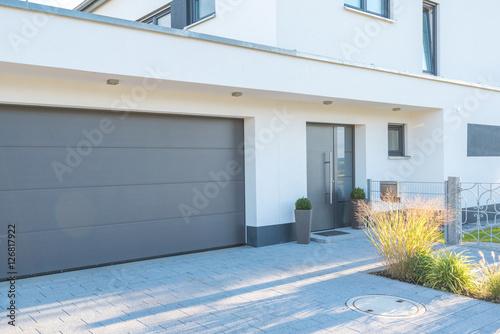 Garagentor modern weiß  Moderne Fassade mit Garagentor