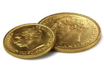 Dänische 10 und 20 Kronen Goldmünzen isoliert auf weißem Hintergrund