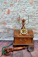 Antico telefono di legno