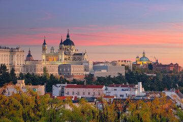 Papiers peints Madrid Madrid. Image of Madrid skyline with Santa Maria la Real de La Almudena Cathedral and the Royal Palace during sunset.