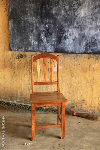 Chaise dans une salle de classe ecole primaire d 39 adjall for Chaise d ecole salle a manger