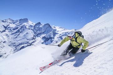 in imposanter Umgebung auf Telemark-Skiern unterwegs