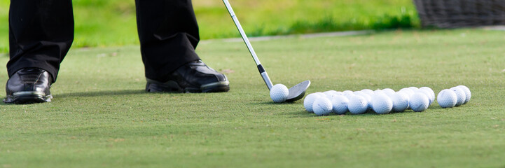 golfbälle liegen zum üben bereit
