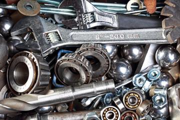 набор разных инструментов и металлических деталей