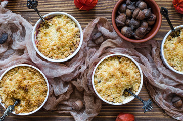 Crumble with pears and plums in small tins