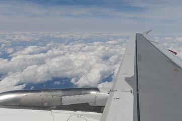 Triebwerk eines Flugzeuges mit Flügel und wölken