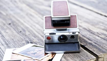 Vintage Polaroid Kamera mit Fotos