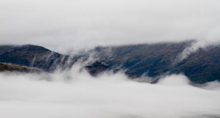 Paisaje de montaña con niebla y nubes. Sierra de la Cabrera Baja, León, España.