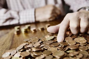Senior zählt sein Kleingeld, Altersarmut