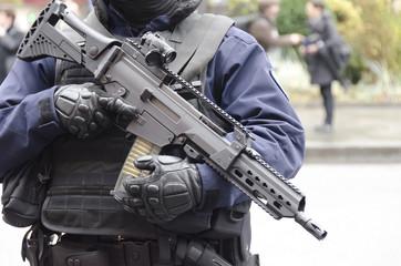 Policier en tenue d'intervention avec fusil d'assaut contre le terrorisme