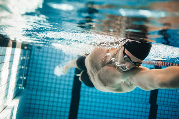 Fit swimmer training in the swimming pool