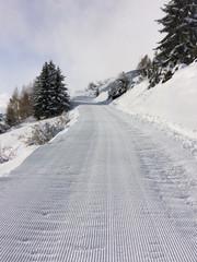 piste de ski  damée dans la montagne