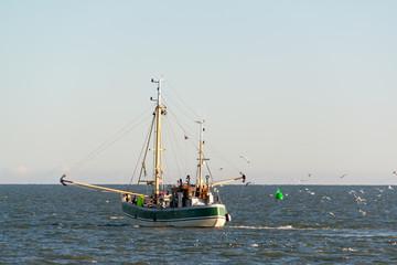 Krabbenkutter im Wattenmeer