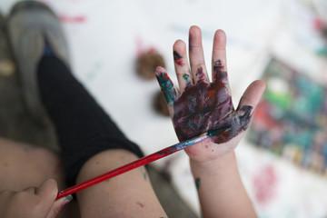 手に色を塗る子供