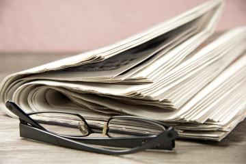 Ein Stapel von Zeitungen