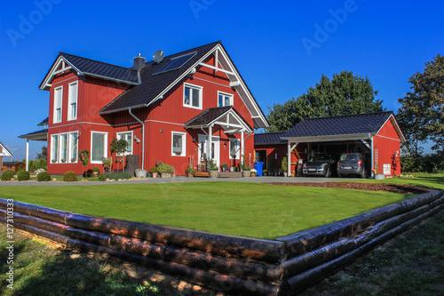 schwedenhaus rot mit carport und garten stockfotos und lizenzfreie bilder auf. Black Bedroom Furniture Sets. Home Design Ideas