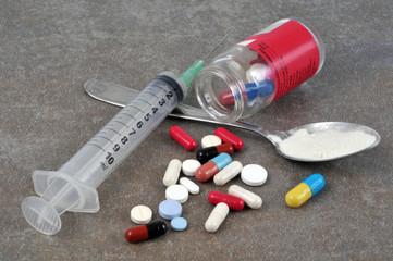 Héroïne, seringue et médicaments