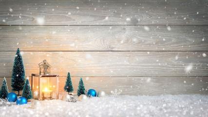 Weihnachten Holz und Schnee Hintergrund, verziert mit einer Laterne und Weihnachtsdeko