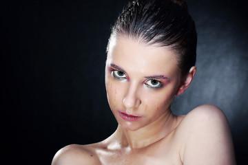 портрет красивой девушки с мокрым макияжем