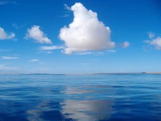 Bellissimo cielo blu con nuvola bianca riflessa sulla superficie del mare
