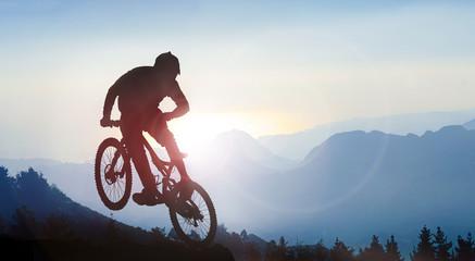 Mountainbiking im Hochgebirge bei Sonnenaufgang
