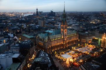 Hamburg zur Weihnachtszeit - mit dem Weihnachtsmarkt vor dem Rathaus