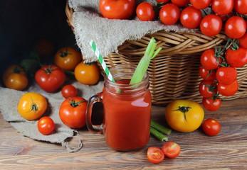 томатный сок с плетеной корзиной и свежими помидорами