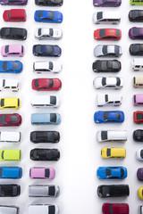 たくさん並んだカラフルなミニカー