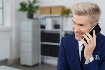 mann im büro telefoniert mit seinem smartphone