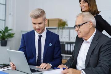 geschäftsmann präsentiert seinem chef etwas am laptop