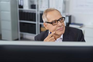 älterer unternehmer schaut in gedanken zur seite