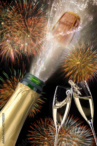 korken einer champagnerflasche fliegt an silvester 2017 mit feuerwerk stockfotos und. Black Bedroom Furniture Sets. Home Design Ideas