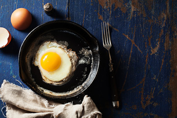 Photo sur Aluminium Ouf Fried egg in a skillet