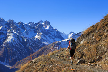 Fotomurales - Female hiker on a trail in the French Ercins mountains on an autumn day.