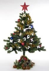 Árbol de navidad decorado con letras