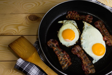 Printed kitchen splashbacks Egg Scrambled eggs with bacon in a frying pan